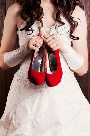Hochzeitskleid mit roten Schuhen